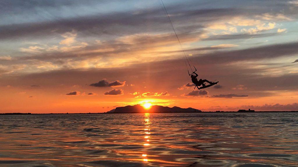 Lo-Stagnone-Lagoon-marsala-kitesurf-Sicily-Best-Spot-Kitesurfing-Sicilia-Flow-Kite-School-Cabrinha-duotone-kiteboarding-sup-stand-up-paddle-board-grab-strapless-sea-sunset