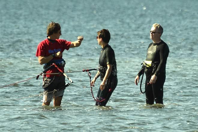 Die Leute nehmen Kitesurf-Anfängerunterricht in Sizilien in der Lagune von Lo Stagnone mit der Flow Kite Schule.