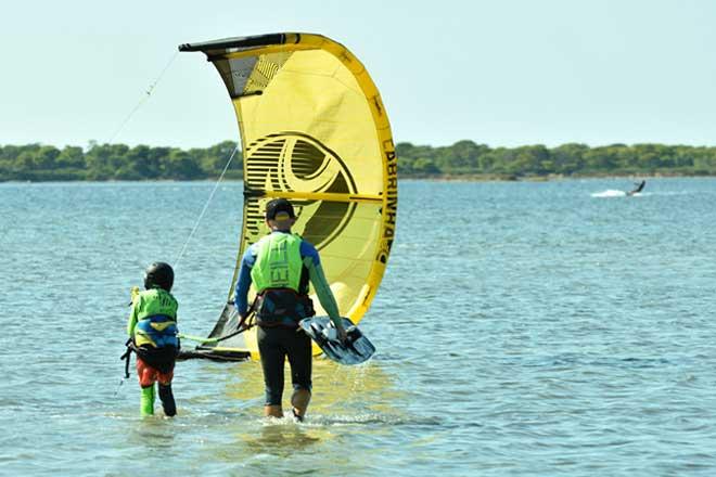 Kinder nehmen Kitesurf-Privatunterricht in Sizilien in der Lagune Lo Stagnone mit der Flow Kite Schule.